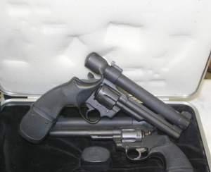 1979. Revólver Apuntado por Láser LPC Modelo 7 [LPC Model 7, Laser-Aimed Revolver], un Colt Trooper en calibre .357 Magnum.