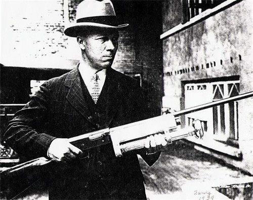 1929.Agente Especial J. W. Reid, de la policía del ferrocarril Union Pacific, con su arma anti-bandidos.