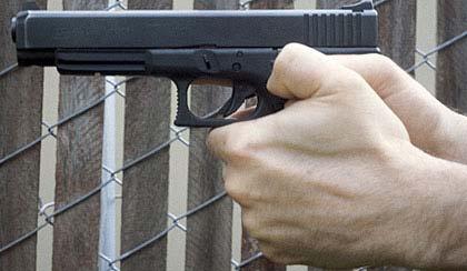 Empuñe, pulgar sobre pulgar, uno de los principios básicos del tiro con armas de fuego