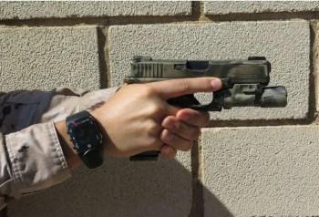 Mantén el dedo fuera del disparador hasta que los elementos de puntería estén sobre el blanco y realmente vayas a disparar.