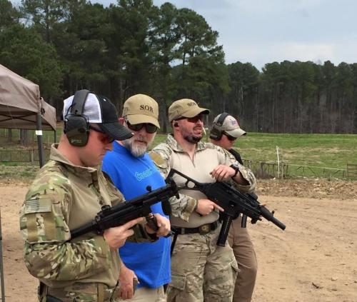 """Momento de """"Gun Porn"""" con John Shrek McPhee en el curso de Pistola de 2 días con diagnóstico por vídeo de John Shrek McPhee. 12 y 13MAR16. Sanford (North Carolina, EE.UU.)"""