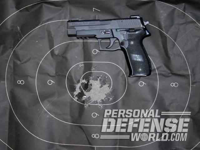 Con la práctica y la formación adecuadas se puede disparar de forma notable con una pistola de DA/SA. Esta Sig Sauer P226R en calibre 9 mm. se anotó una puntuación casi perfecta sobre un blanco de papel tipo B-27.