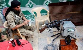 Un rebelde del Ejército Libre Sirio (ELS) con un StG-44 de control remoto. Fotos del Centro de Estudios Militares Extranjeros del Ejército de Tierra estadounidense