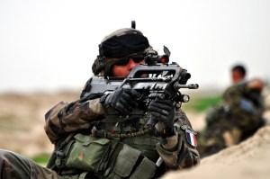 Soldado francés armado con un FAMAS en Afganistán. Foto de Wikipedia