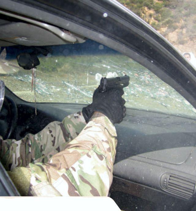 Fragmentos de vidrio dispersos en el aire. Utiliza siempre guantes, manga larga y algún otro equipo de protección.