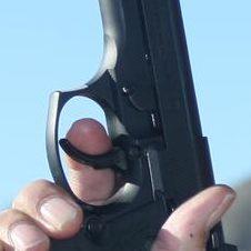 Presión sobre el disparador de Doble Acción de una pistola
