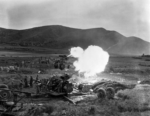 Cañones estadounidenses de 90 milímetros disparando contra las tropas norcoreanas en 1950. Foto del Ejército de Tierra estadounidense. División de Artillería asignada a la 1ª División de la República de Corea dispara cañones antiaéreos de 90 mm. contra las fuerzas norcoreanas al norte de Taegu. NARA FILE#: 111-SC-350451
