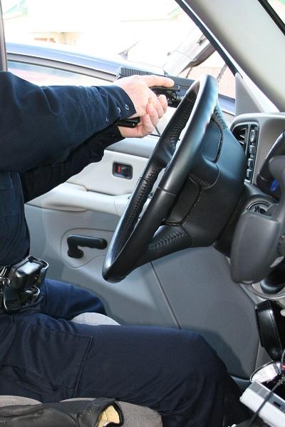 La puerta está abierta y ya están las dos manos empuñando el arma y la boca de fuego está fuera del coche.
