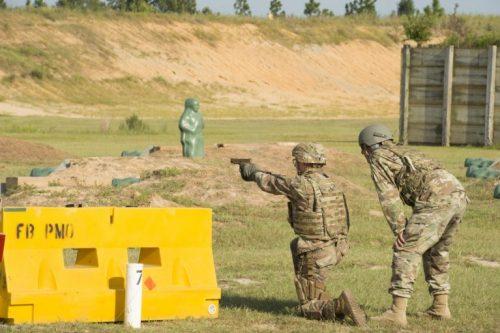 La nueva pistola XM17 (MHS) en acción en el campo de tiro 29 en Ft. Bragg (U.S. Army/Lewis Perkins)