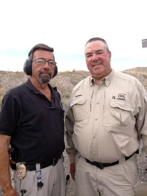 A la derecha Dennis Tueller y a la izquierda Massad Ayoob. Septiembre de 2014. Foto de Backwoods Home magazine (Enlace).