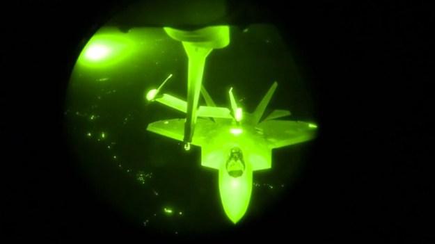 Imagen: Caza F-22 respostando en vuelo de noche