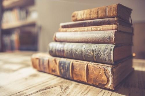 Imagen: Pila de libros antiguos