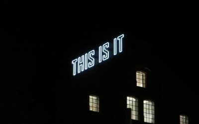"""This is it"" i neon ved Akerselva i Oslo"