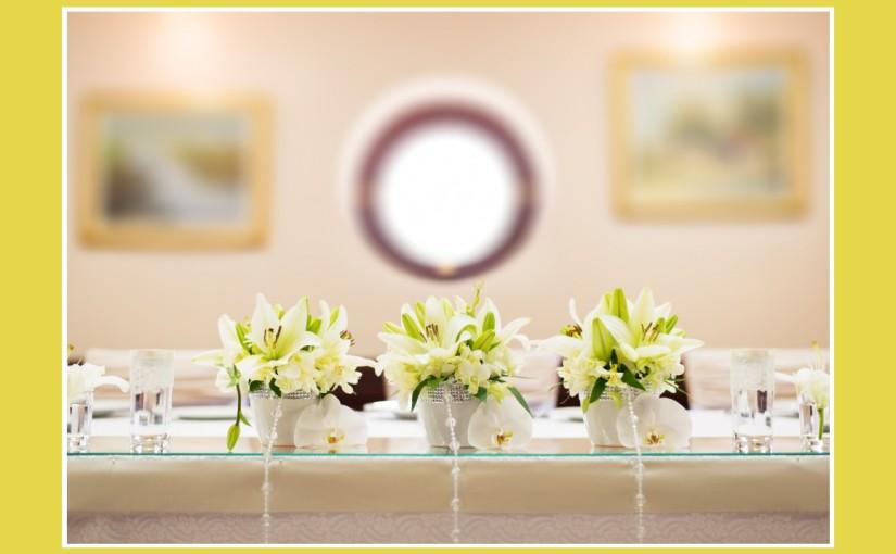 Blumige Hochzeitsdeko in Gelbgrn  Wei  Tischdekotips