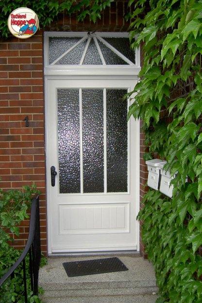 Weiße Haustür mit speziellem Einbruchschutz