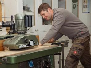 Tischlergeselle Heinfried Timke verstärkt unser Team mit technischem Know-how im Maschinenraum und auf Montage. Er leistet immer saubere Arbeit mit dem Ziel, fertig zu werden.