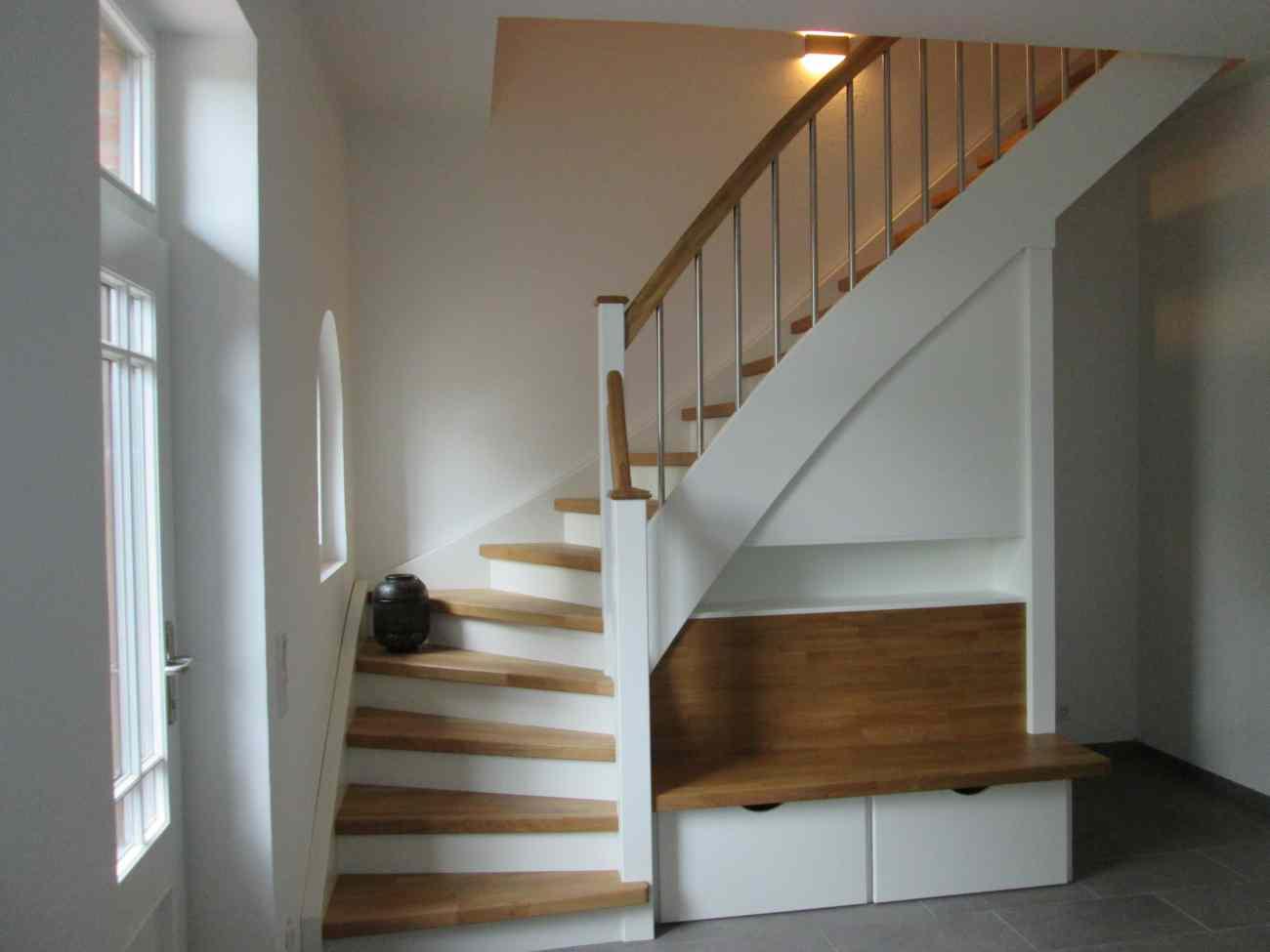 treppe mit sitzbank und ablagefach fertig tischlerei albers. Black Bedroom Furniture Sets. Home Design Ideas