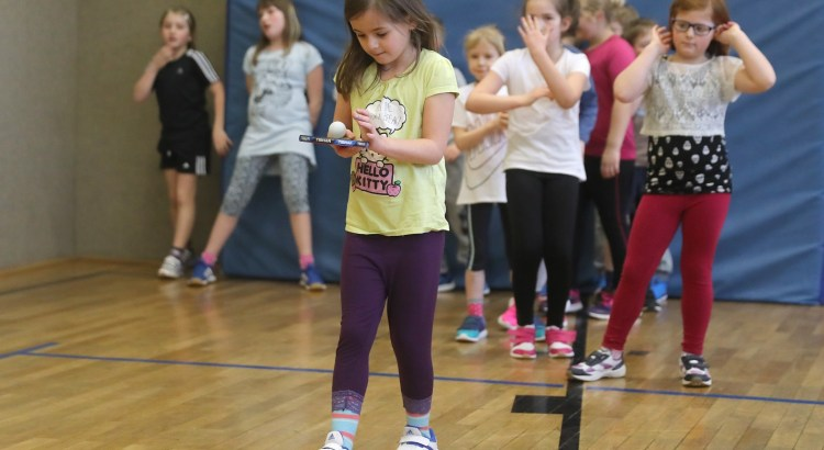 Schülerinnen und Schüler bei einfachen Koordinationsübungen im Rahmen eines Schulprojektes. Foto: Andreas Schlichter