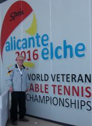 Herbert Wagner vor dem Eingang des Spiellokals Messehalle