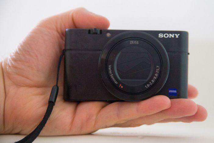 Sony RX100 kézben tartva