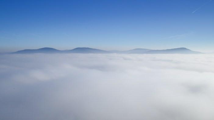 Visegrádi hegység a felhők felett