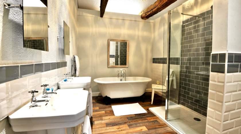 Farmhouse cottage master bedroom en-suite