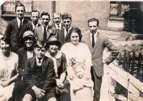 15 think uncle Tom's wedding bck row unknown grandad ern rest unknown tront row Flo, Lil unknown unknown Nanna dered