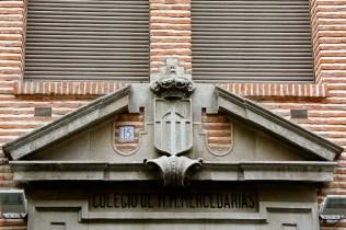 escudo-de-la-orden-mercedaria-situado-en-la-fachada-del-colegio-de-las-madres-mercedarias-de-madrid-en-la-calle-valverde