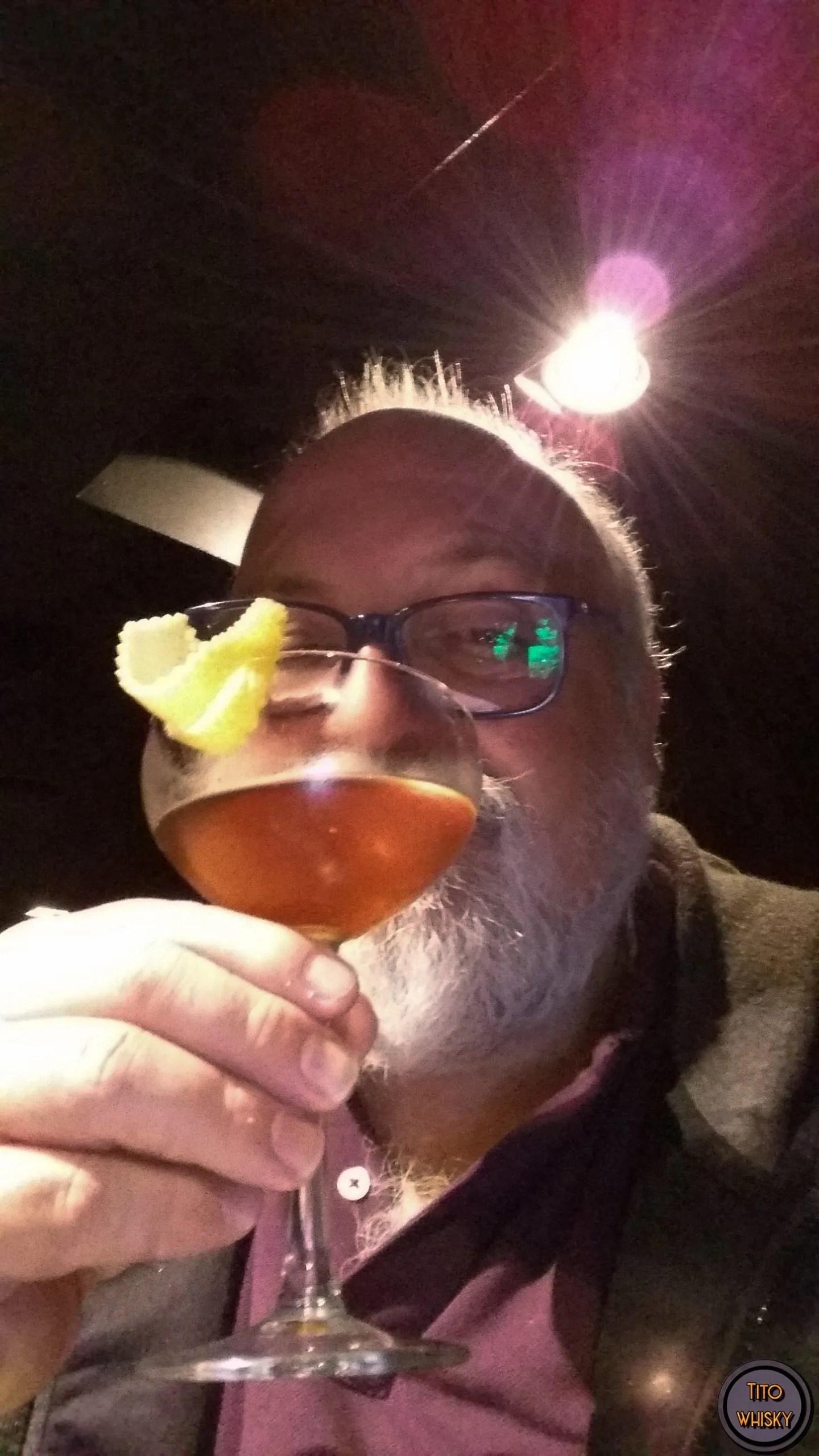 Tito tomando un trago