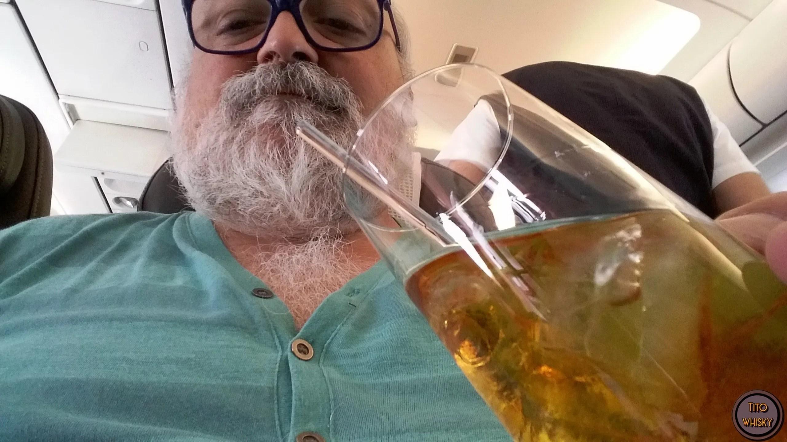 Tito bebiendo un trago