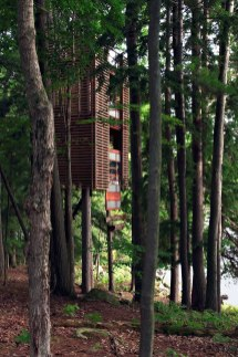 Treehouse in Muskoka (Ontario, Canada) Designed by Lukasz Kos, 4Treehouse is constructed around four trees over Lake Muskoka in Ontario, Canada, and floats in the air like a big Japanese lantern on stilts. (Image credits: imgur.com)
