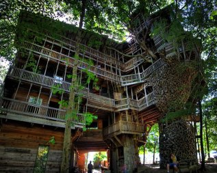 Minister's Treehouse (Crossville, Tennessee, USA) This grandiose 100-foot-tall structure is said to be the tallest tree house in world, and was built entirely out of reclaimed wood by Horace Burgess in Crossville, Tennessee. (Image credits: imgur.com)
