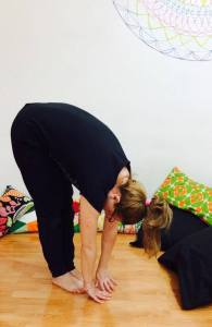 posizione yoga delle mani ai piedi