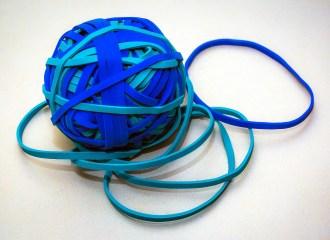elastici blu e celesti uniti a gomitolo