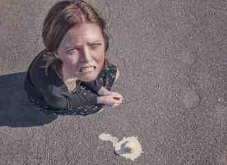 donna rabbia gelato caduto