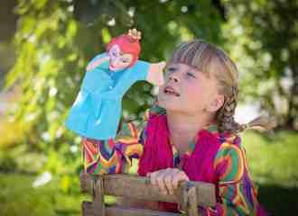 bambina gioco marionetta panchina