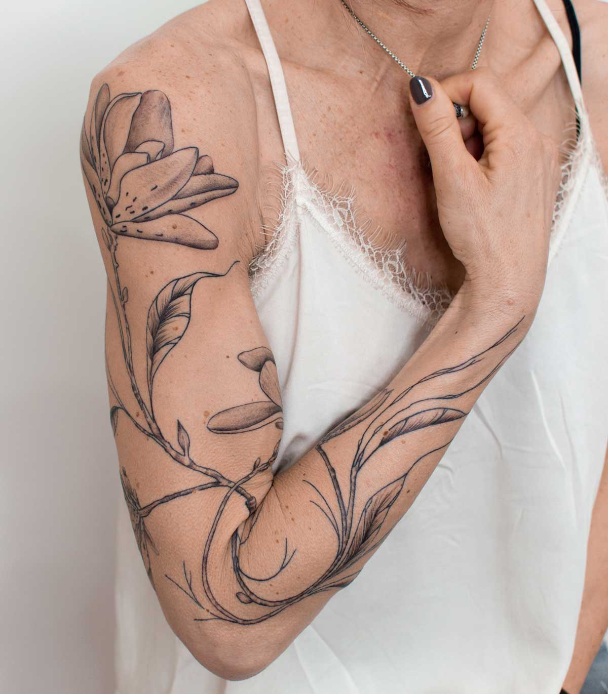 tatouage-bras-femme-fleurs-toulouse
