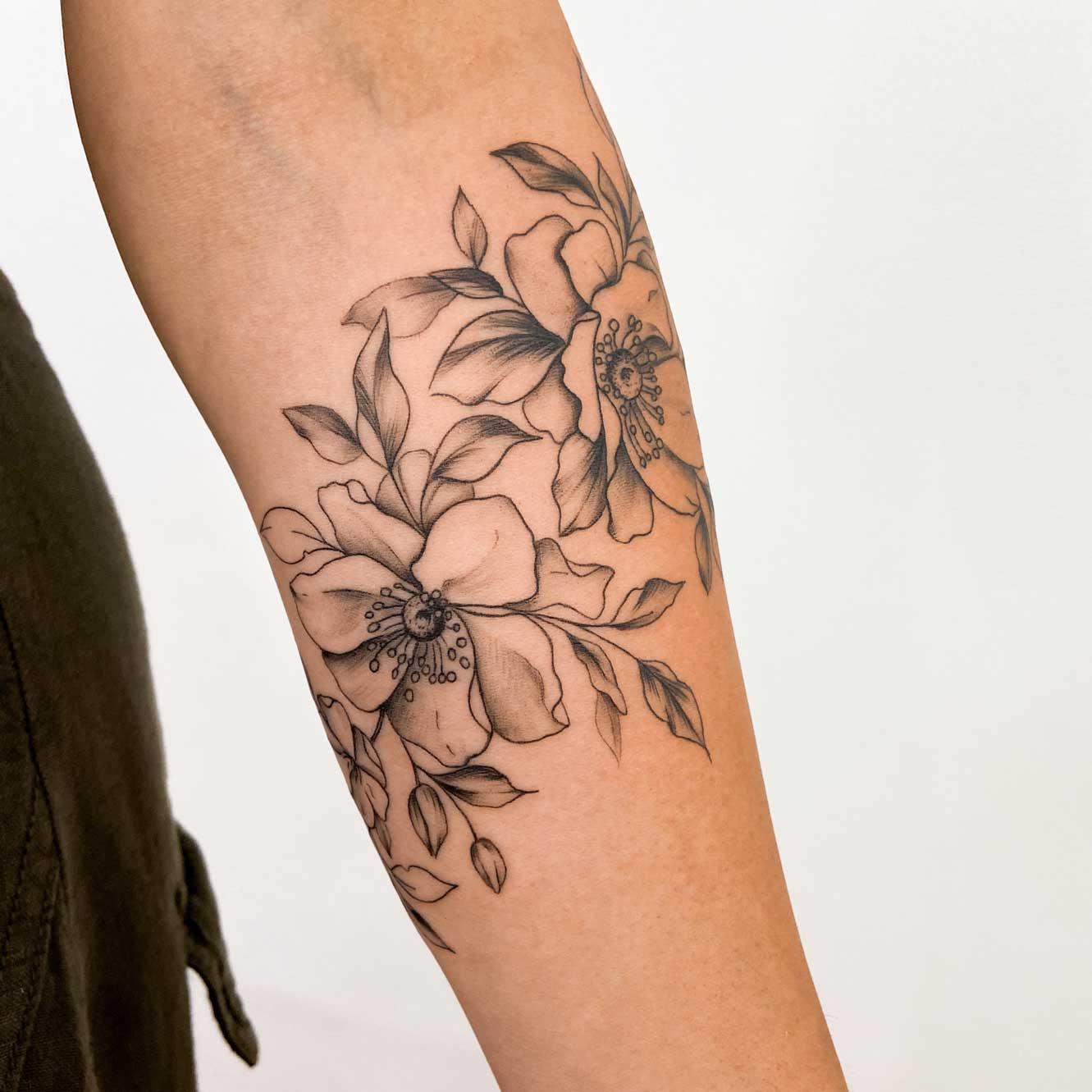 tatouage-floral-avant-bras-manchette-france