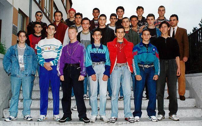 Мы одевались, как могли (реальные фото) мужская мода 90-х, так выглядели люди каких то 30 лет назад, найди себя на фото Одежда россиян в лихие 90-е года, что было модно. Малиновые пиджаки, спортивные штаны со свитером и туфли со спортивками. Зарождение субкультур: рэперы, панки и другие