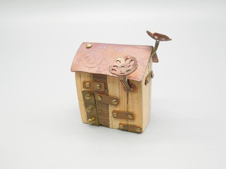 金屬做成的小房子,屋頂長出兩個像香菇的東西