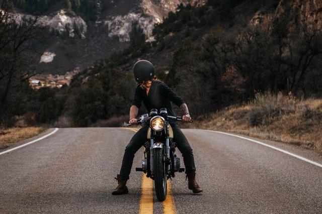 バイクに乗って振り返っている男性