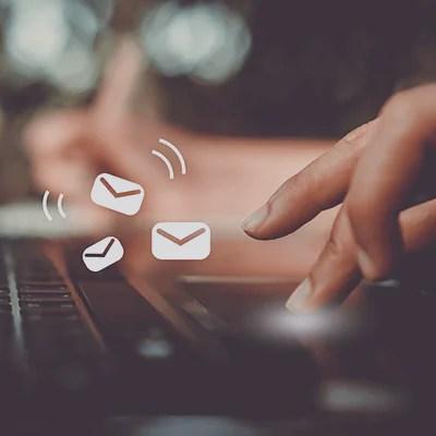 Uma mão digitando em um laptop