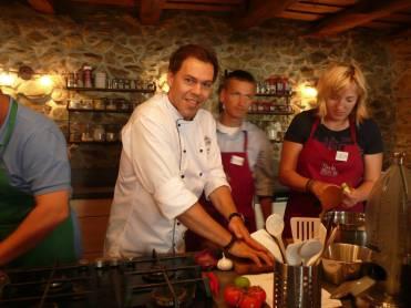Okvalite surovín používaných vkuchyni, ale aj onových trendoch vpríprave jedál, porozprával Gabriel Kocák účastníkom kurzu vŠkole varenia pre gurmánov vo Svätom Juri.