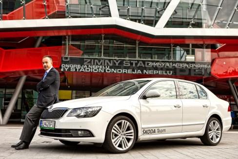 Šéf SZĽH Igor Nemeček si kľúče od nového vozidla prevzal od zástupcov spoločnosti ŠKODA AUTO Slovensko.