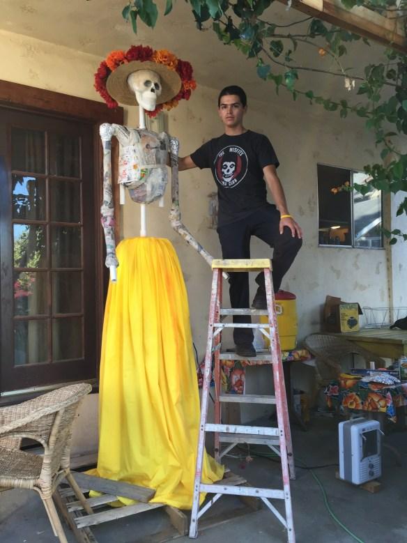 Jacobo Cerda prepara en su casa de Wilmington la escultura de La Catrina que presentará en el Museo de Arte Latino de Long Beach, California. Fotos: Cortesía Alma y Jacobo Cerda