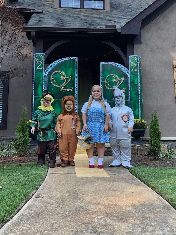 7 Little Johnstons Family goes ALL OUT for Group Halloween