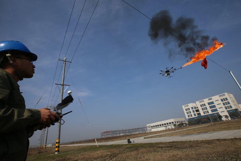 Безпілотник + вогнемет = засіб для очищення від сміття високовольтних ліній