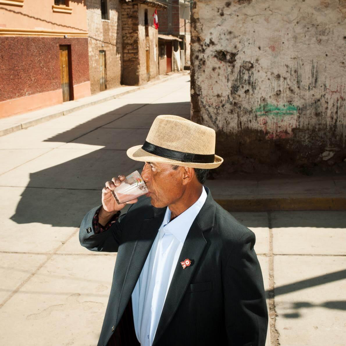 Перуанець п'є кукурудзяно-полуничне пиво