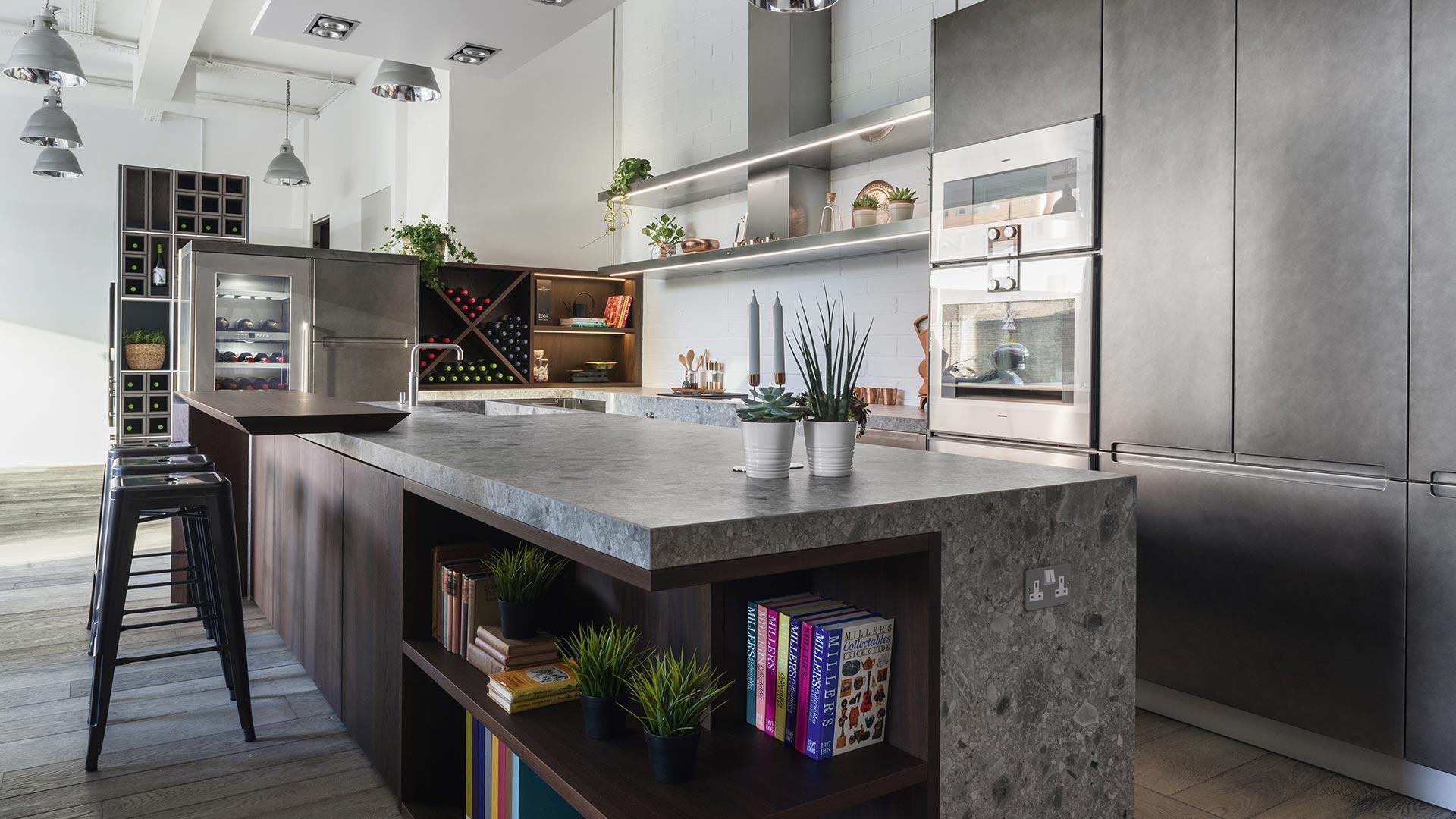 Cucina con isola in Gres legno e metallo