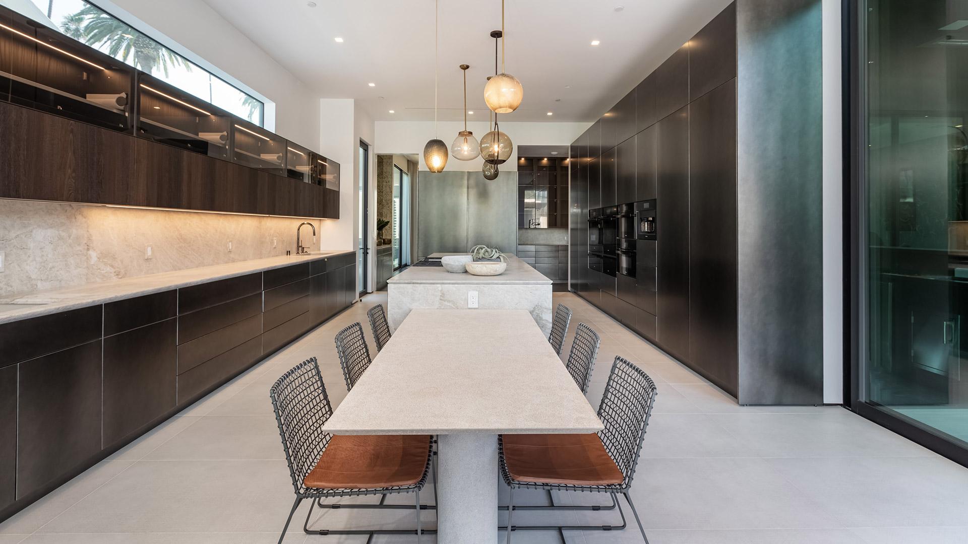 In questo caso, i mobili da cucina si trovano su entrambe le pareti. Cucina Lineare Su Due Lati Con Isola Centrale E Tavolo
